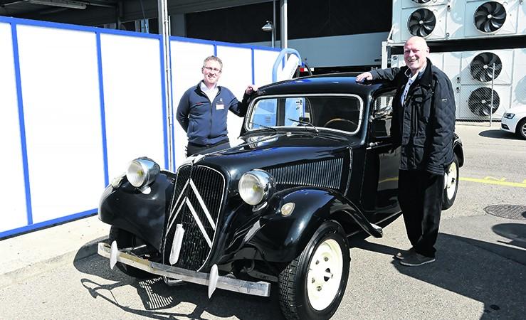 Simon et Pierre-André Rod devant la légendaire Citroën traction, marque qu'ils représentent maintenant également  | Photo: © Michel Dentan