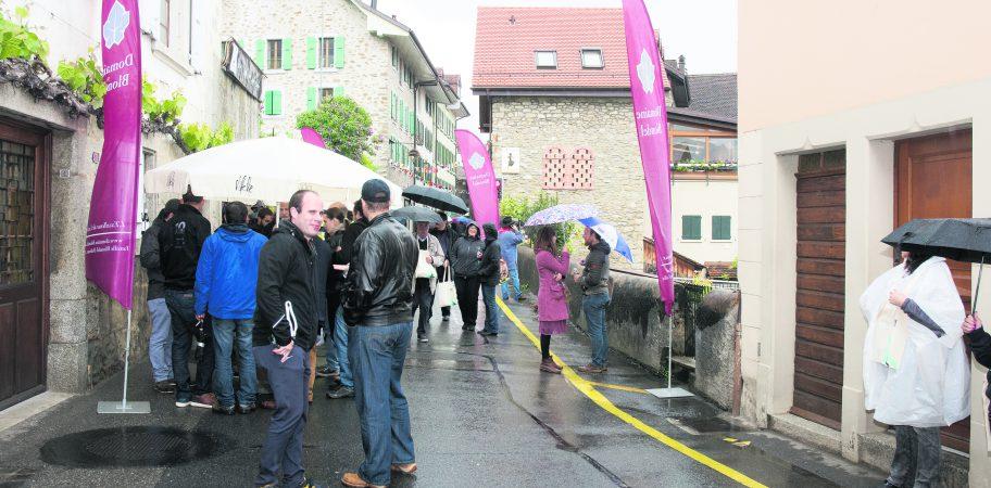 Rassemblement dans la rue autour du caveau du Domaine Blondel